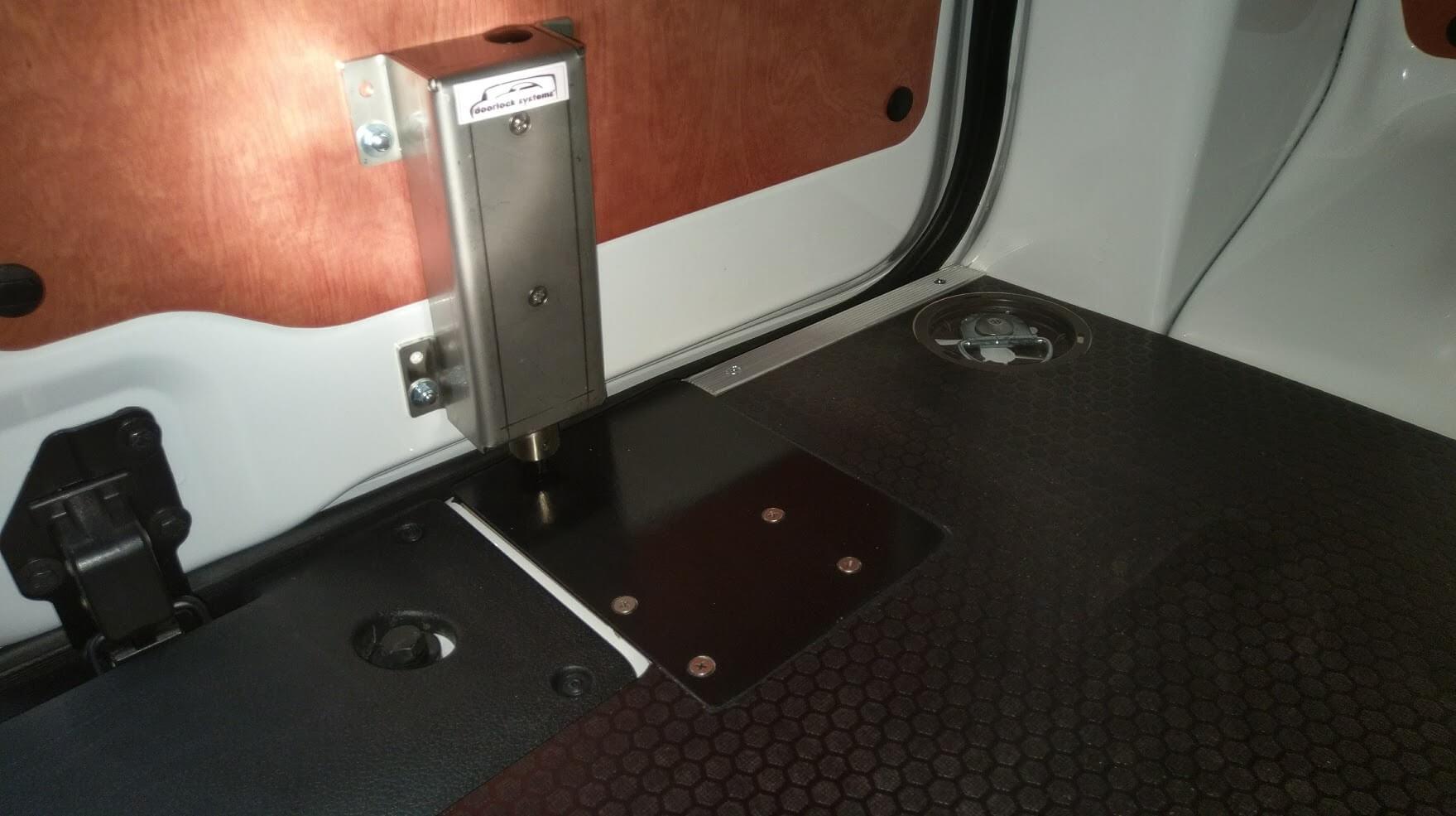 Van Wijk Doorlock systems-laadruimte-beveiliging-bedrijfswagen-opbouwgrendel-gesloten